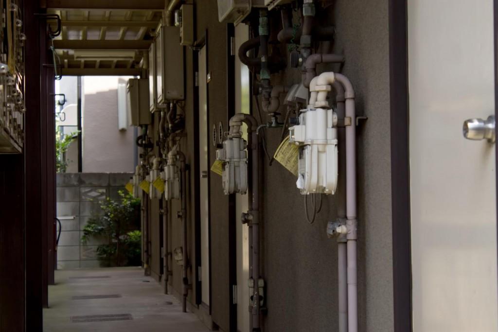 家の前の電気メーター