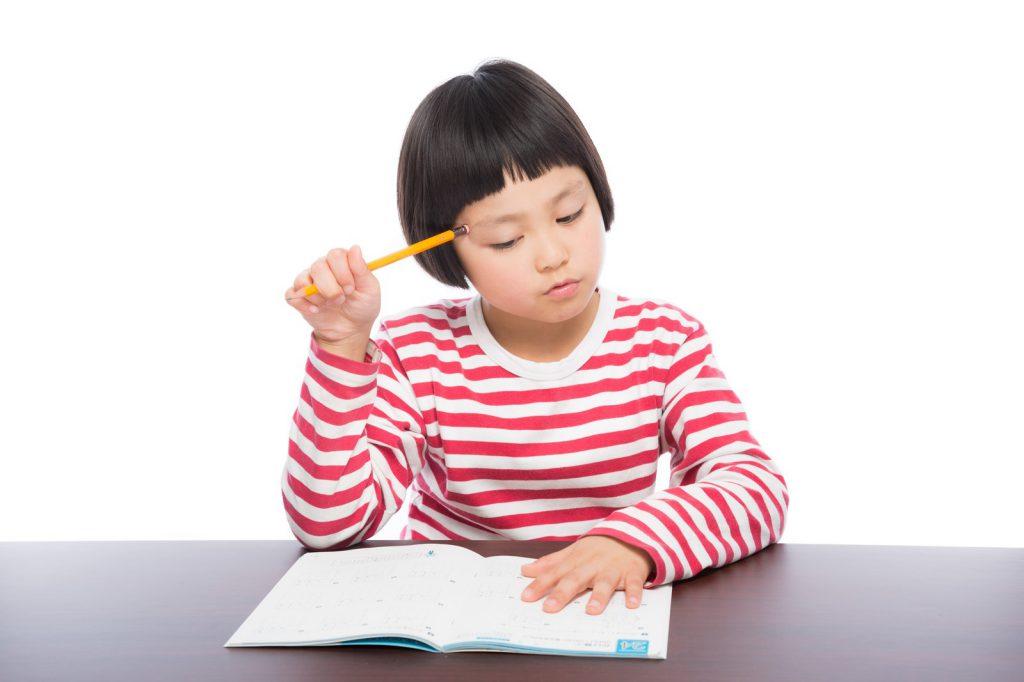 基本情報技術者試験に独学で勉強する女の子