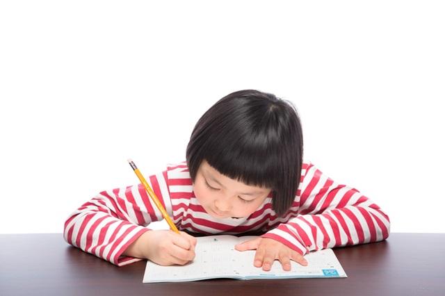 応用情報技術者試験に向けた勉強をする女の子