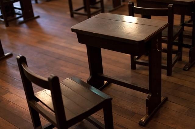 試験会場の机といす