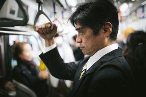 地下鉄、電車、バスで座る方法。通勤をストレスなく効率的に過ごそう