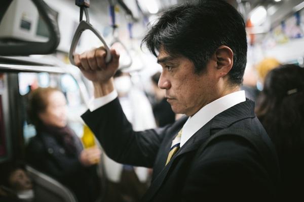 満員電車で座りたいけど座れない座る方法を考える通勤中のサラリーマン